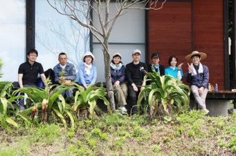 地島の海岸線に椿の苗を植樹